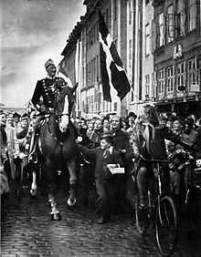 Christian_X_in_Copenhagen_1940.jpg