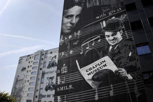 196012_des-fresques-geantes-de-scenes-de-films-de-chaplin-ornent-deux-immeubles-a-vevey-en-suisse-le-6-octobre-2011.jpg