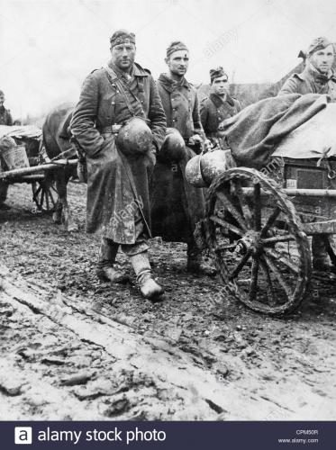 deutsche-soldaten-marschieren-an-der-ostfront-1942-cpm50r.jpg