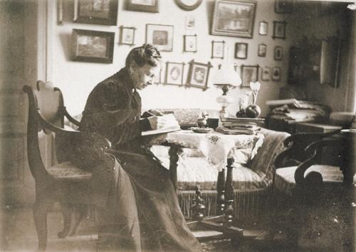 14-Sofia-Tolstoï-écrit-dans-son-journal.-Musée-dEtat-Léon-Tolstoï-Moscou-Editions-des-Syrtes..jpg