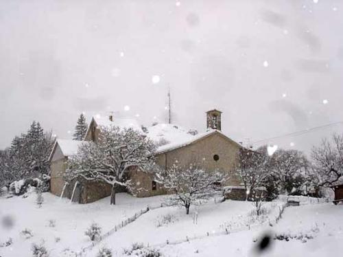 village-de-chanousse-sous-la-neige-en-hiver.jpg