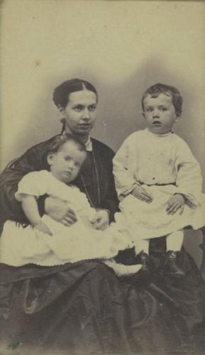 07-Sofia-la-jeune-mère-en-1866-avec-Tatiana-et-Sergueï..jpg
