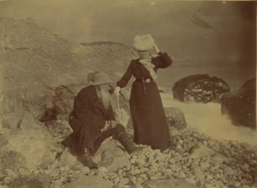 18-Le-couple-Tolstoï-au-bord-de-la-mer-en-1901.-Musée-dEtat-Léon-Tolstoï-Moscou-Editions-des-Syrtes..jpg