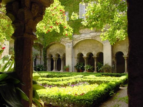 Cloitre de Saint Paul de Mausole mai 2006.jpg