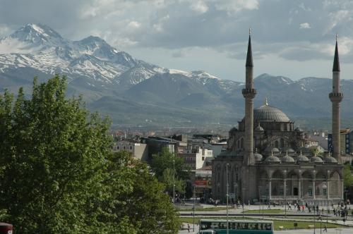 Kayseri'deki_Erciyes_dağı_ve_Bürüngüz_camii.jpg