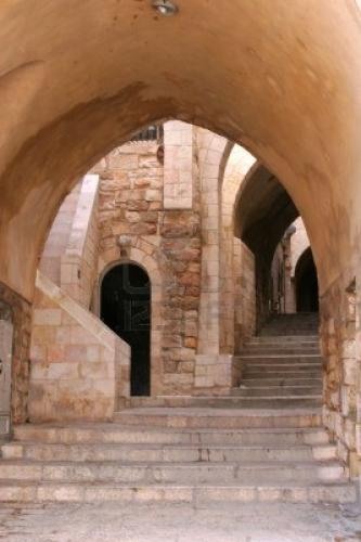 866960-une-des-nombreuses-petites-ruelles-de-la-vieille-ville-de-jerusalem.jpg